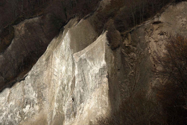 Staub, Algen und Erdbrocken zeichnen Spuren in die Kreidefelsen. Im Winter zieht Frost in die oberste Kruste ein und verwandelt sie in einen Panzer. Sobald die Schmelze einsetzt, blättert die Außenschicht ab, und die Kreidefelsen leuchten wieder weiß, als stünden sie im Schnee