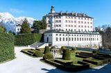 Der Garten und dahinter das Schloss Ambras in Innsbruck