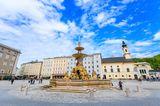 Blick auf den Residenzbrunnen in Salzburg