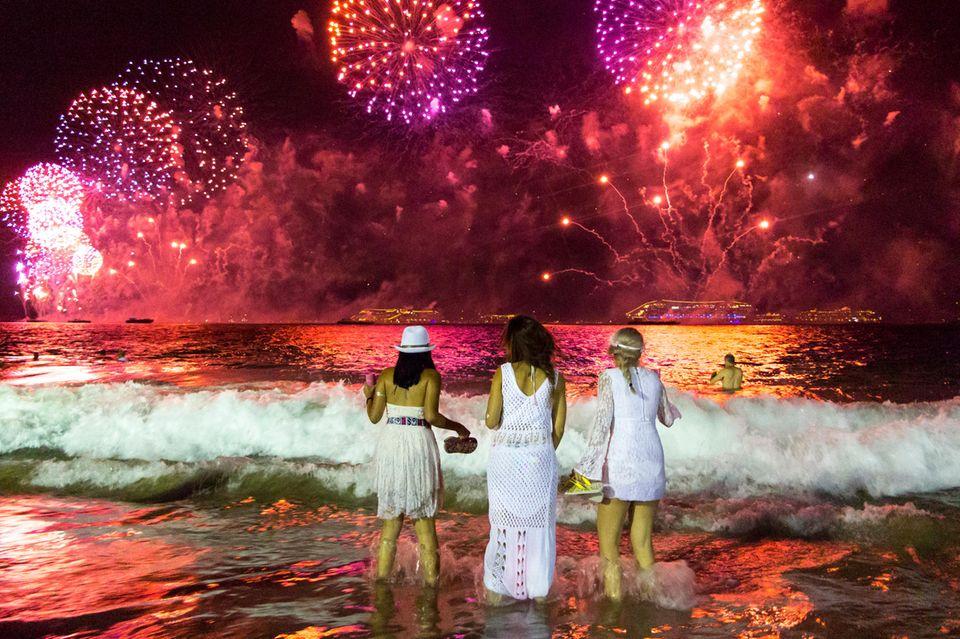 Silvester-Feuerwerk am Strand in Rio de Janeiro in Brasilien