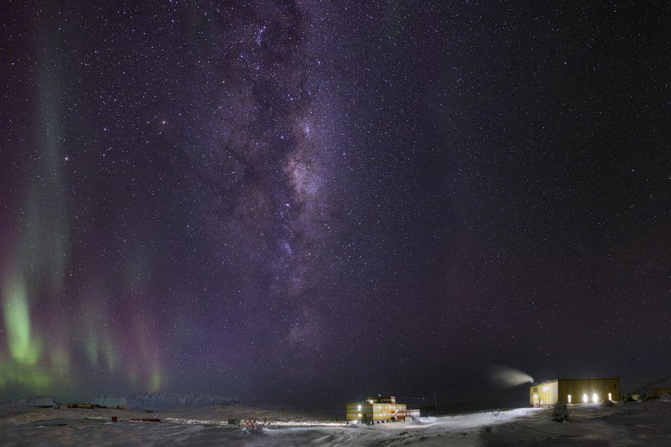 Nordlichter an der Progress-Station in der Antarktis