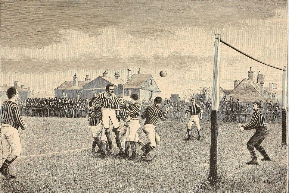 Kampf um den Ball: Ende des 19. Jahrhunderts wird Fußball aus England immer populärer. Das Tor hat damals noch kein Netz, sondern nur eine Stange