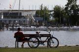 Mann sitzt am Ufer in Neusiedl am See