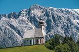 Pfarrkirche Heiliger Nikolaus in Dienten mit Blick auf den Hochköig