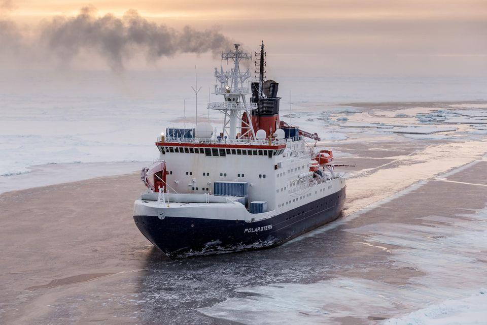 Das deutsche Forschungsschiff Polarstern auf der Sommer-Expedition 2015 in der zentralen Arktis