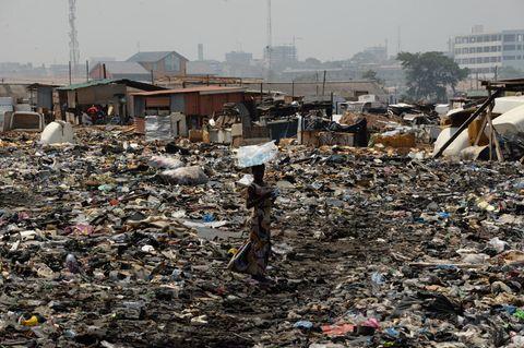 Frau in Ghana auf einer Mülldeponie