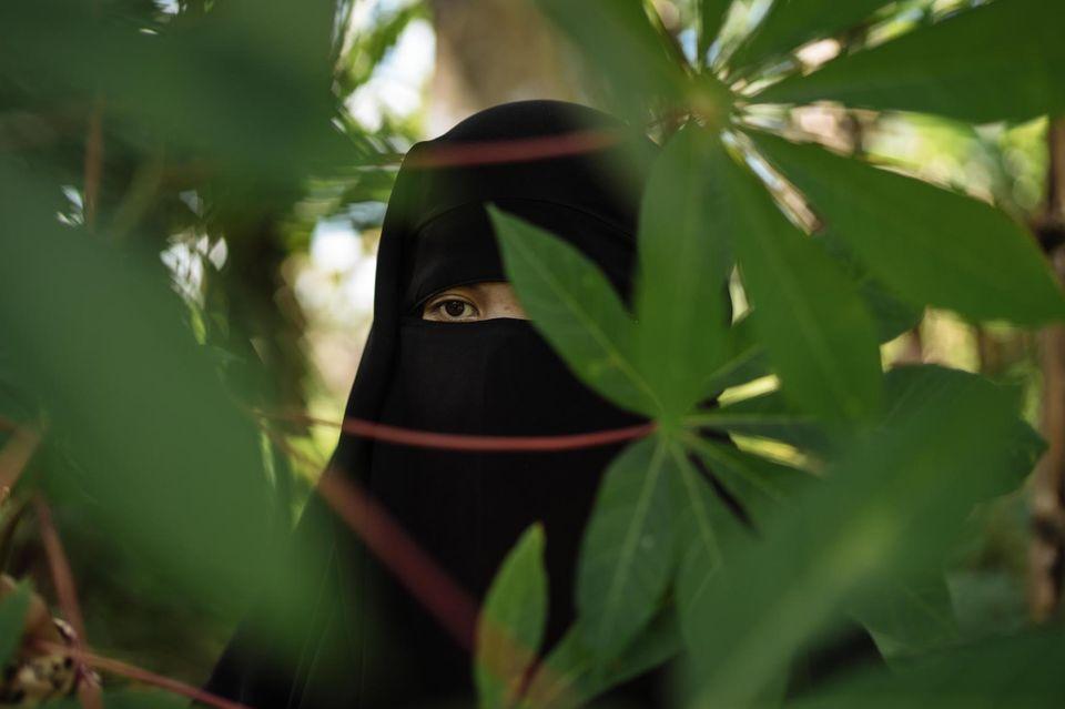 Feida nennt sich die junge Frau, die ihr Gesicht mit einem Nikab verdeckt. Sie schenkte den Islamisten Glauben und rekrutierte Freunde und Bekannte - mehrere Dutzend Menschen, die für die Terrorgruppe in den Kampf zogen und ihr Leben ließen