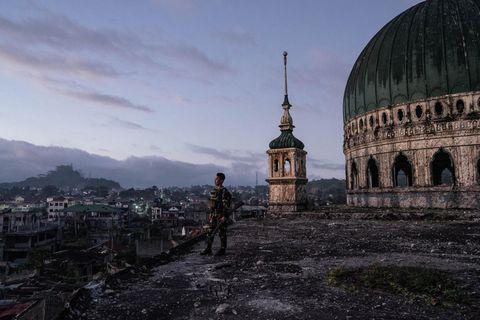 Ein Soldat hält Wache vor der zerstörten Großen Moschee von Marawi. Gut 200 000 Menschen lebten in der Stadt, als Islamisten sie im Mai 2017 einnahmen. Die philippinischen Streitkräfte bombardierten Marawi, und die meisten Bewohner flohen