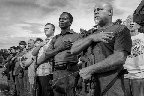 Ungewöhnliche Einheit: Chuck Smith (M.) ist gegen illegale Einwanderer und für Waffenbesitz – und will Generalstaatsanwalt von Virginia werden. Hier leistet er mit weißen Milizionären den Fahneneid