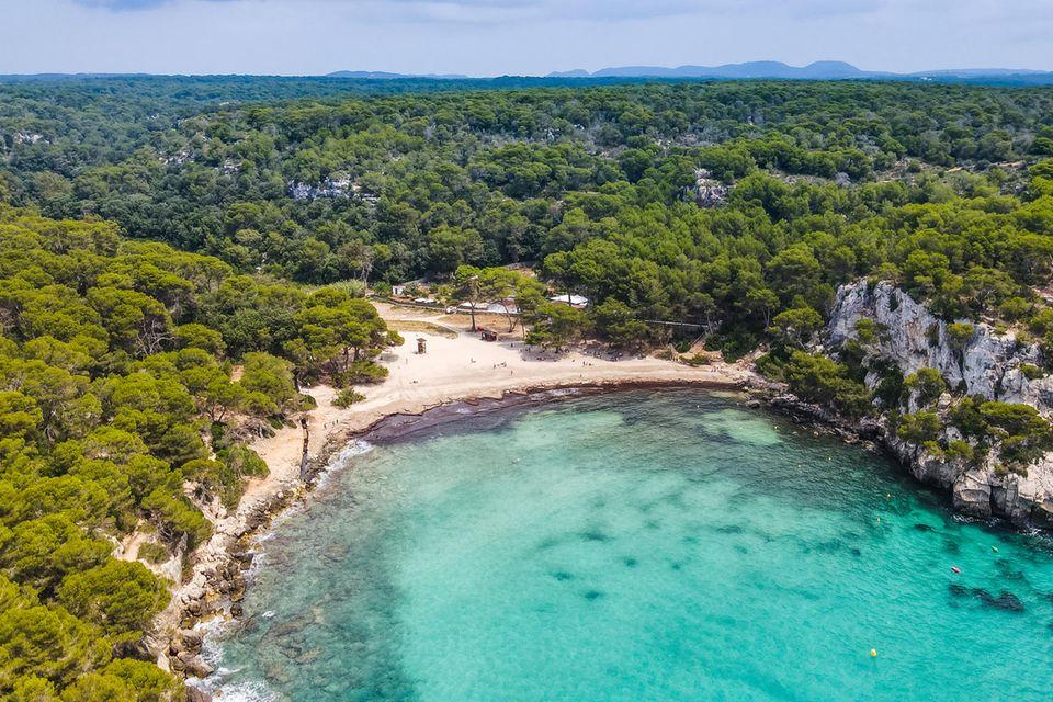Luftbild der Cala Macarella, Menorca