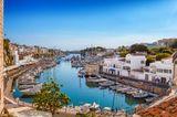 Blick auf den Hafen in der Altstadt von Ciutadella, Menorca