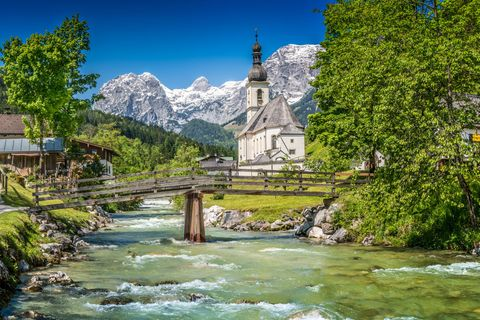 Berühmte Pfarrkirche St. Sebastian im Dorf Ramsau