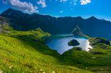 Schrecksee in den Alpen, umgeben von grünen Wiesen