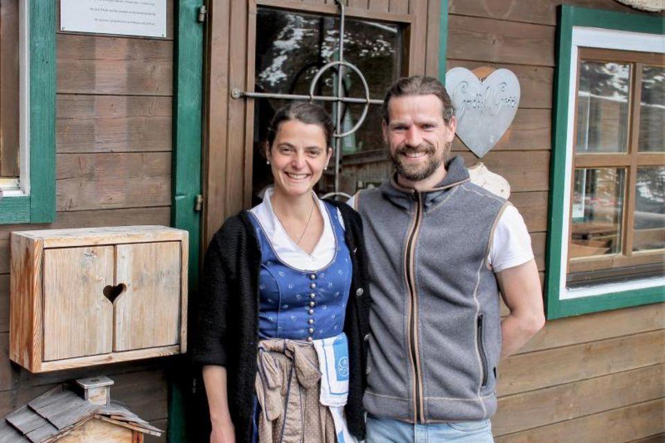 Die Hüttenwirte Johanna Buß und Tom Gaaß begrüßen wieder Gäste auf der Hochwildalm bei Kitzbühel