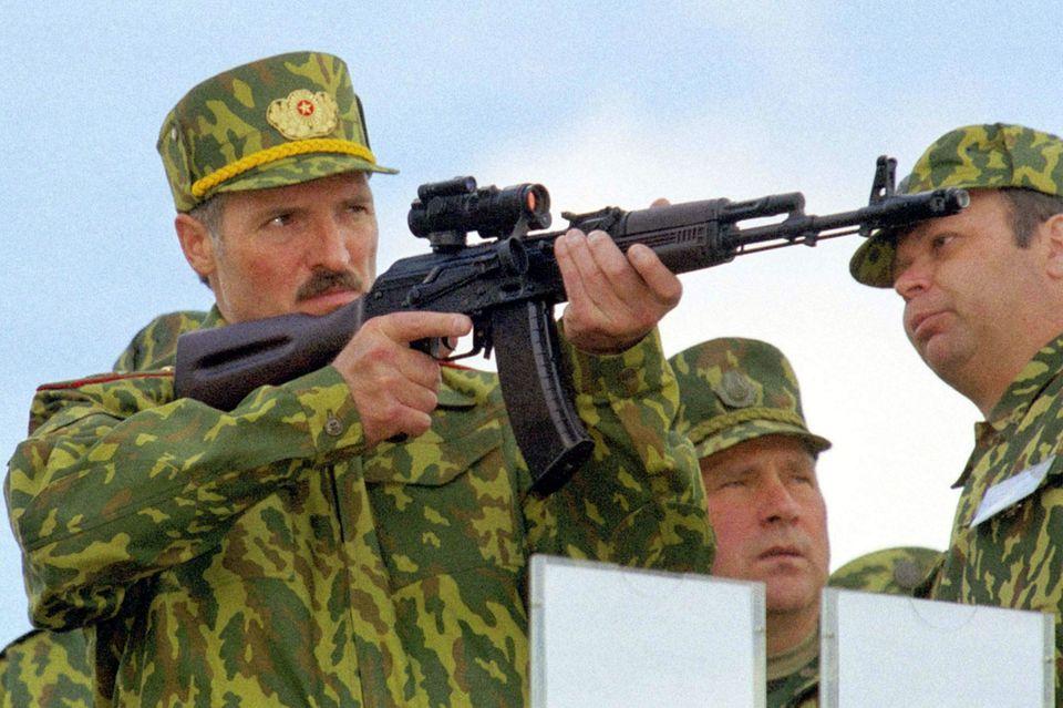 Im Visier: Der belarussische Machthaber Alexander Lukaschenko lässt sich bei einer militärischen Übung 2001 mit einem Gewehr im Anschlag fotografieren