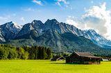 Die Zugspitze, von Grainau/Garmisch-Partenkirchen aus gesehen, an einem sonnigen Sommertag