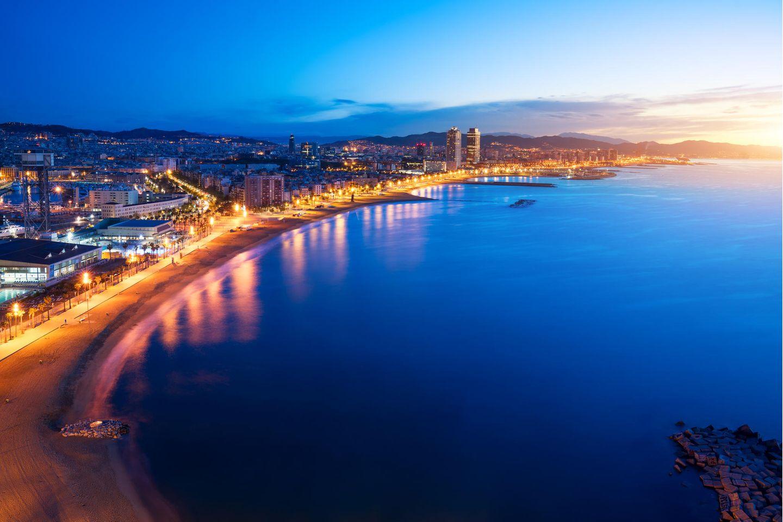 Beleuchtete Küste vor Barcelona bei Nacht