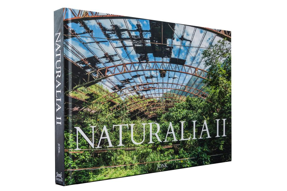 Naturalia II ist auf Englisch und Französisch im Verlag Jonk Editions erschienen. 221 Fotografien, aufgenommen in 17 Ländern, erzählen von der faszinierenden Kraft der Natur
