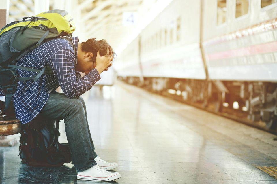 Mann am Bahnhof leidet unter Reiseübelkeit
