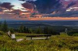 Blick vom Erbenskopf – zwei Bänken stehen in der grünen Landschaft