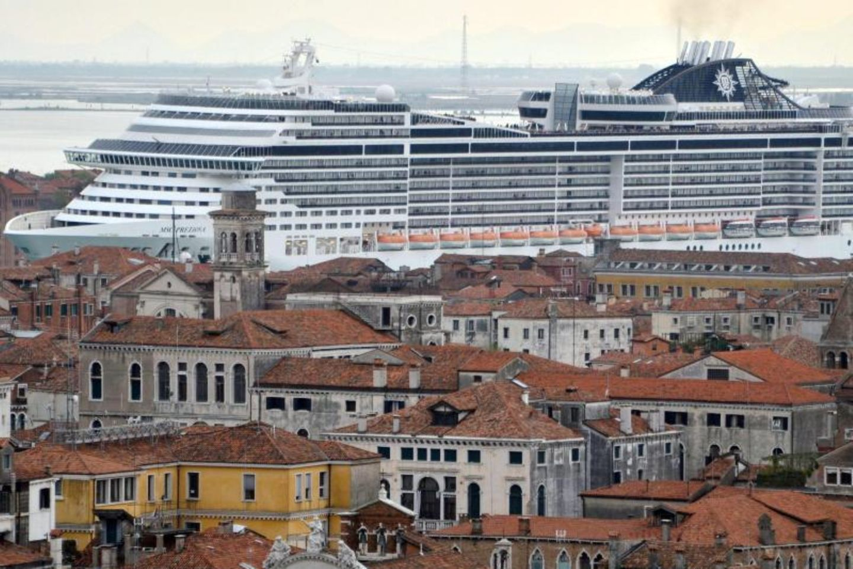 Kreuzfahrtschiff in Venedig