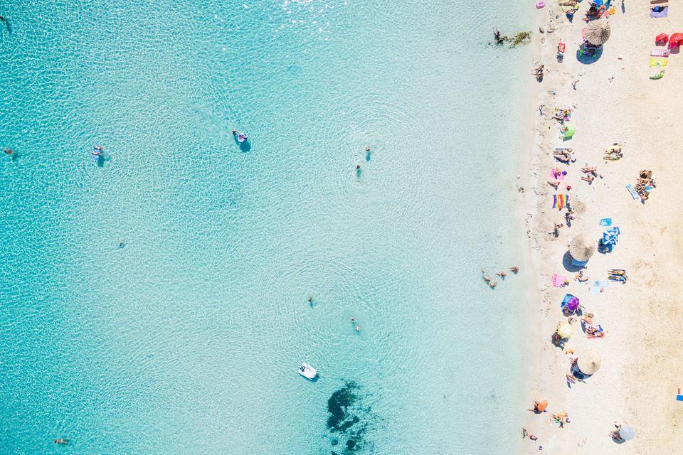 Luftbild von oben auf einen Strand am Mittelmeer