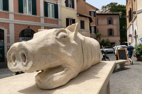 Skulptur eines toten Schweins in Rom
