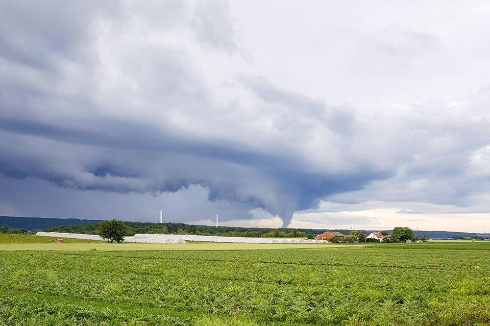 Auch im Südwesten Deutschlands entstehen immer wieder Windhosen - wie sie ein Biker im vergangenen Jahr in der Nähe von Stuttgart fotografierte