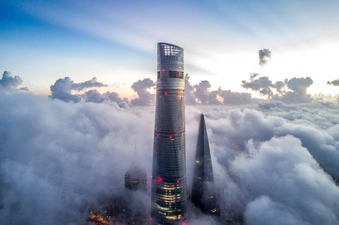 Der Shanghai Tower ragt in die Wolken hinein
