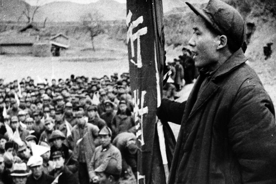 1937 beginnt der Zweite Japanisch-Chinesische Krieg. Mao, hier um 1937, übernimmteine führende Rolle im Kampf gegen Invasoren aus Japan. Bis 1940 halten die Japaner wichtige chinesische Städte besetzt;am 2. September 1945 müssen siekapitulieren