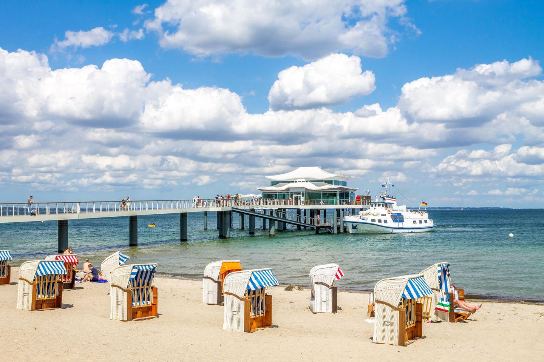 Gerade an sonnigen Wochenendtagen kann es zum Beispiel am Timmendorfer Strand voll werden – Ausflugsticker zeigen das Besucheraufkommen