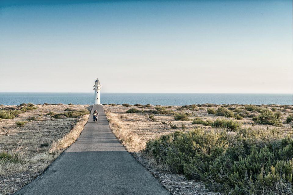 Der Leuchtturm am Cap de Barbaria fügt sich in das Panorama von Formentera