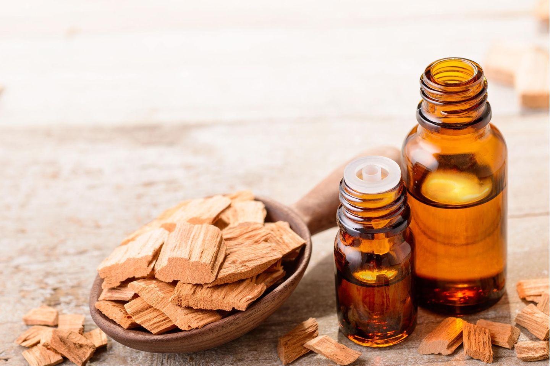 Sandelholz und Sandelholzöl auf einem Tisch