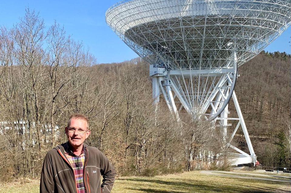 Michael Holthuysen vor dem Radioteleskop Effelsberg