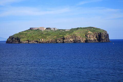 Blick auf die Gefängnis-Insel Santo Stefano