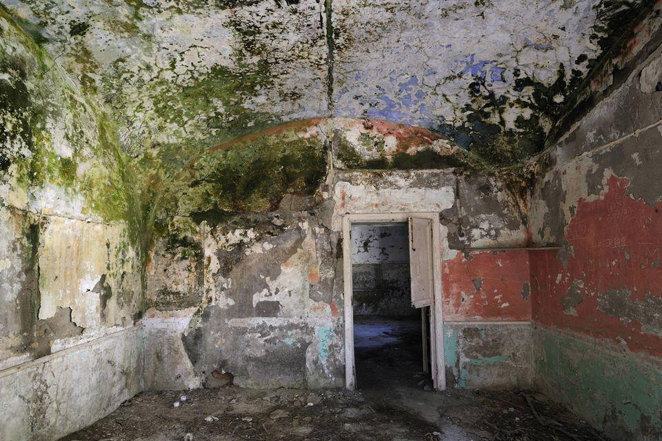 Blick in eine Zelle der Haftanstalt auf Santo Stefano