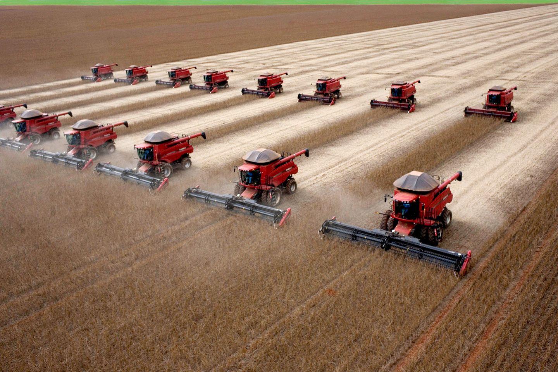 Erntemaschinen fahren über ein Sojafeld in Brasilien