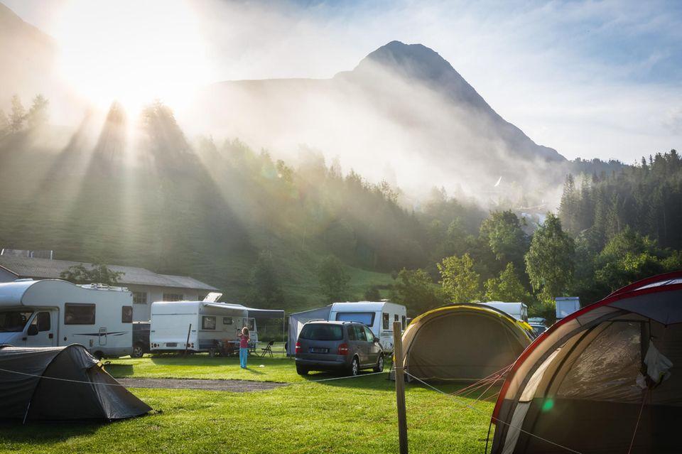 Wohnwagen stehen auf einem Campingplatz in Norwegen