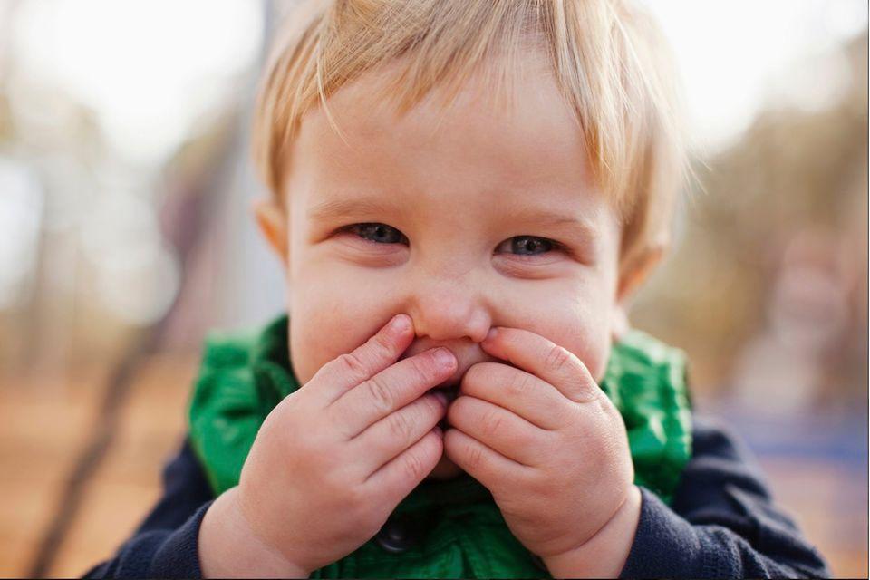 Kleinkinder haben kleine Dinge oft schneller im Mund, als Mama oder Papa gucken können