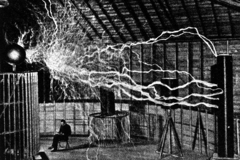 Nikola Tesla erprot, ob Strom sich durch Luft übertragen lässt