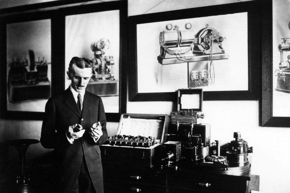 Nikola Tesla um 1900 im New Yorker Büro