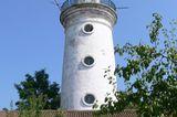 Der Leuchtturm steht hinter einem Haus in Sulina