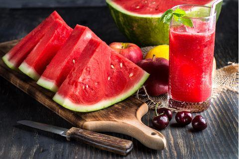 Frische Wassermelone mit Melonensaft in einem Glas