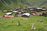 Dorfansicht mit Friedhof, Parsma, Region Tuschetien, Georgien