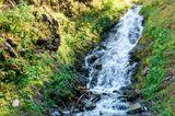 Kleiner Wasserfall bei einer Straße in der Nähe von Dartlo