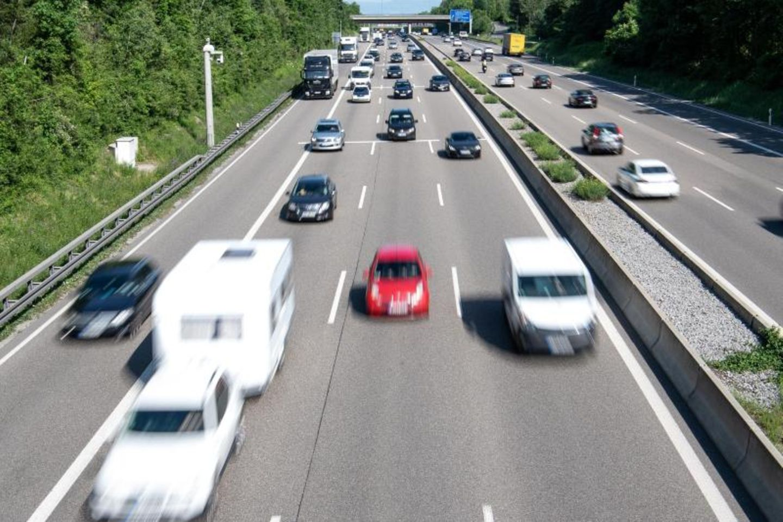 Autos fahren auf der Autobahn