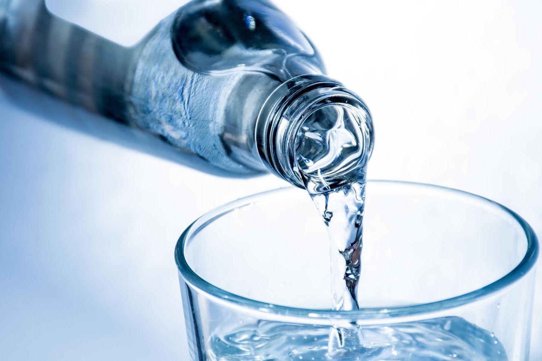 Bio-Mineralwasser kommt oft in hochwertig wirkenden Flaschen daher. Unter Umweltgesichtspunkten ist das nicht sinnvoll