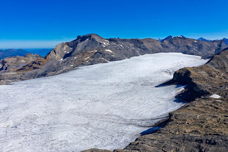 Der Plaine-Morte-Gletscher:Auf dem Eis des Gletschers in den Berner Alpen füllt sich im Frühjahr ein See mit Schmelzwasser, das im Spätsommer über einen Bach abläuft