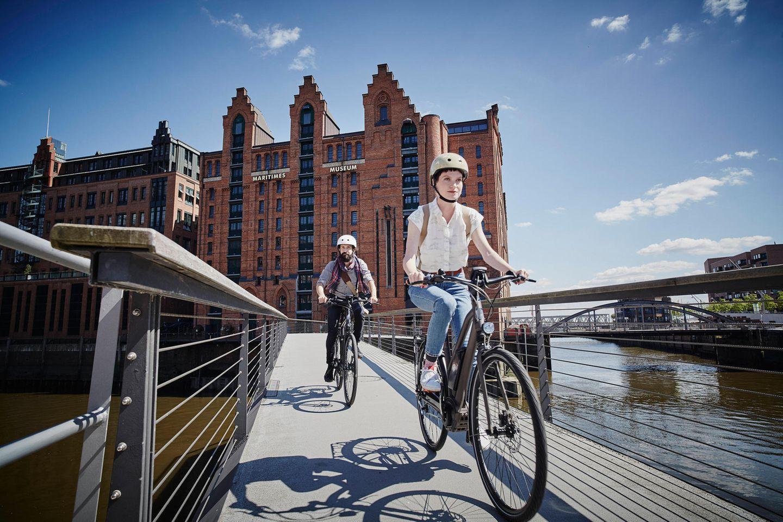Paar fährt Rad in der Speicherstadt