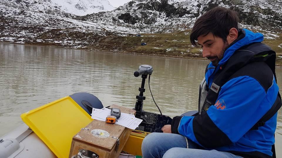 Michael Plüss, Techniker der Eawag-Abteilung Oberflächengewässer, installiert eine Thermistorenkette auf dem Steisee